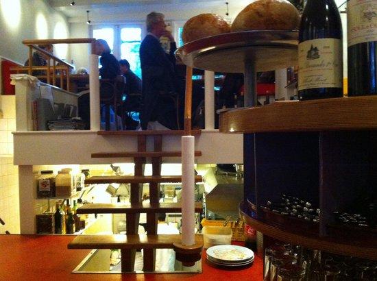 Prego Restaurant : A cozinha é à vista dos clientes num piso de baico