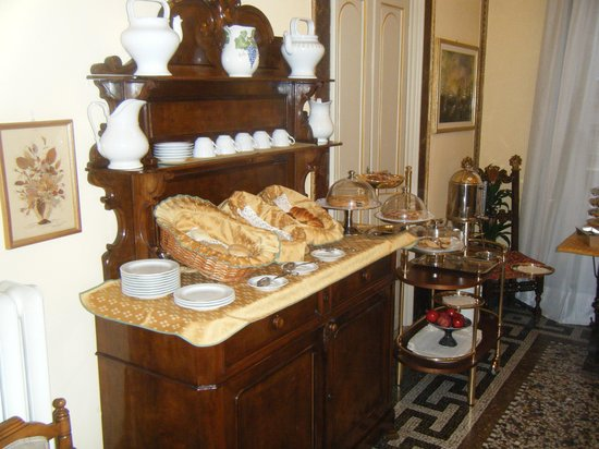 Hotel Villa Liana: Just one of the tables at breakfast