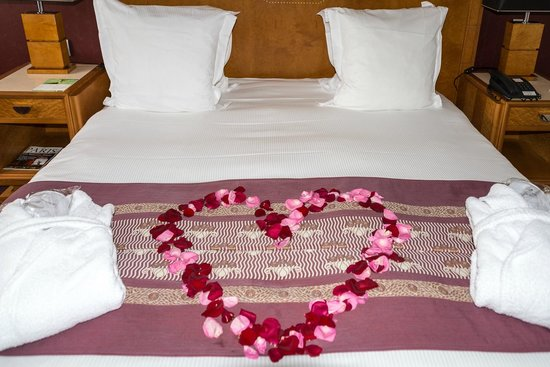 Hotel Les Jardins du Marais: Sometimes you just have to do these things. ;D Part of the 'romantic package'.