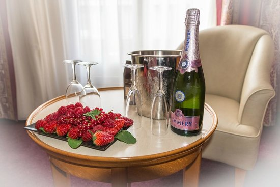 Hotel Les Jardins du Marais: The 'romantic' package of fresh fruit, champagne and biscuits on arrival.