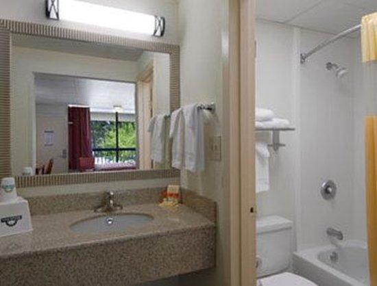 Days Inn Fredericksburg North : Bathroom