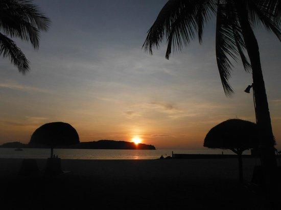 Meritus Pelangi Beach Resort & Spa, Langkawi: sunset view from the beach