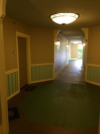 Disney's Saratoga Springs Resort & Spa: Exterior corridor