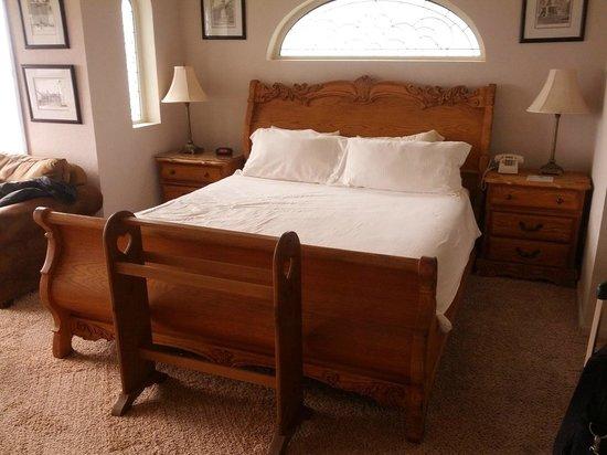 Breakers Inn : Germany Room king bed.