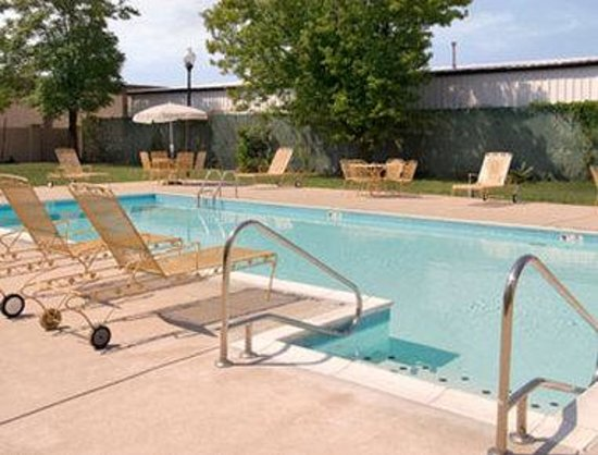 Days Inn Louisville Central University & Expo Center: Pool