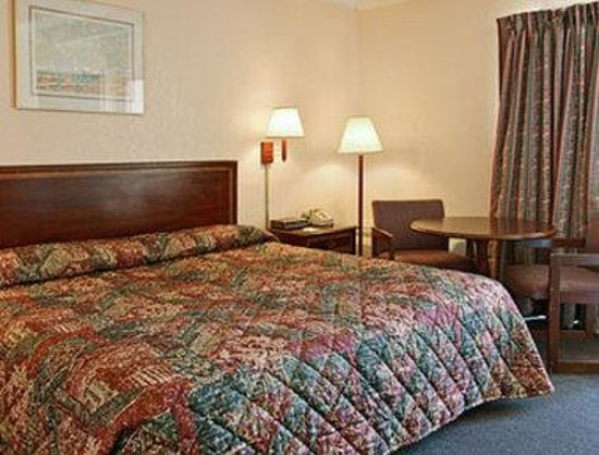 Days Inn by Wyndham Tallahassee University Center: Standard King Bed Room