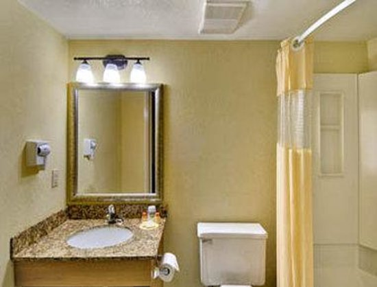 Days Inn East Windsor/Hightstown: Bathroom