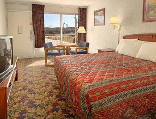 Days Inn Greensboro Airport: Standard King Bed Room