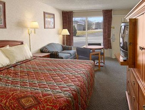 Days Inn Greensboro Airport: Standard King Bed Room
