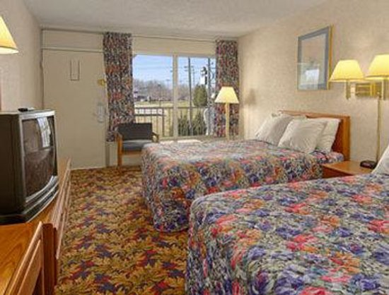 Days Inn Greensboro Airport : Standard Two Double Bed Room