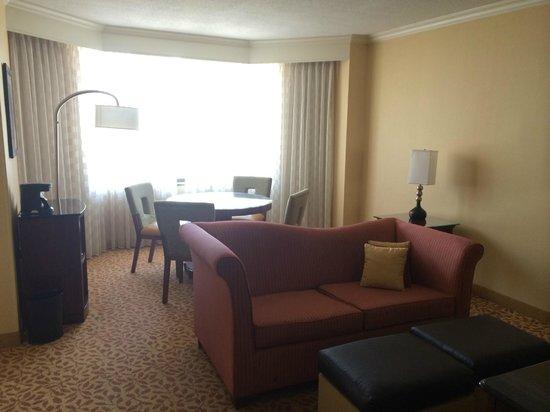 Crystal Gateway Marriott: Living room of junior suite