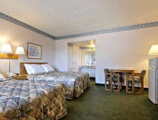 Days Inn Oroville: Standard Two Queen Bed Room