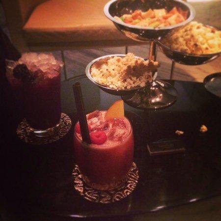 Ray's Bar: Island affair & blackberry mojito ���� delicious!