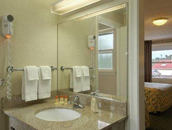 Days Inn Concord : Bathroom