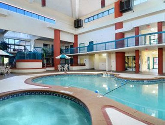 Days Inn and Suites Savannah Gateway: Pool