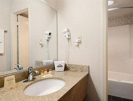 Days Inn Elizabeth City : Bathroom