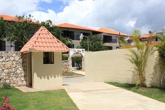 Viva Wyndham Dominicus Beach: Uscita dal villaggio per andare al Village