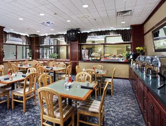 Ramada Lansing Hotel And Conference Center: Breakfast Area