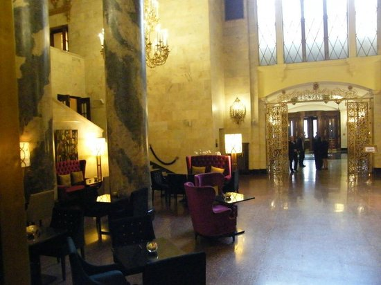 Hilton Moscow Leningradskaya: Lobby area...