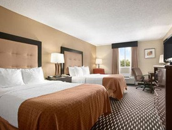 Hartford Hotel & Conference Center: Standard Two Double Bedroom