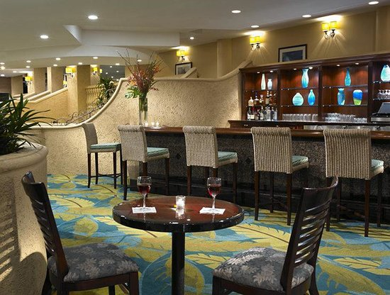 Holiday Inn Miami Beach: Blue Parrot Lobby Bar in Evening