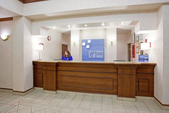 Holiday Inn Express Fort Atkinson: Hotel Lobby Front Desk