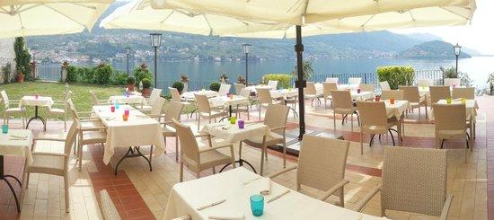 Residence Castello Oldofredi : L'area esterna con terrazza panoramica