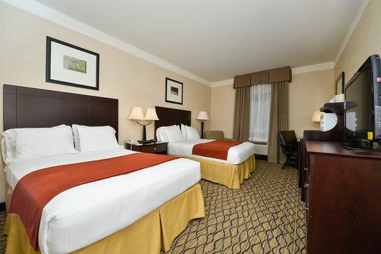 Holiday Inn Express Great Barrington: Two Queen Guest Room