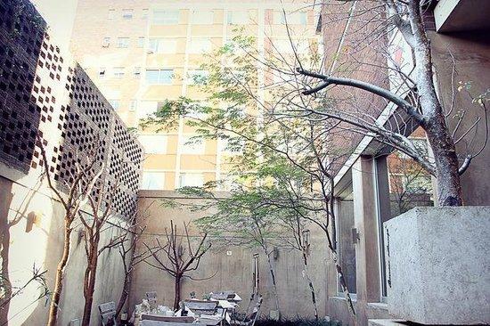 Belaire Suites: Breakfast courtyard