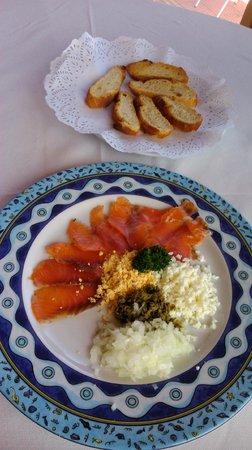 Chiringuito Paco: salmón y pan con un paté de antxoas que hacen ellos...