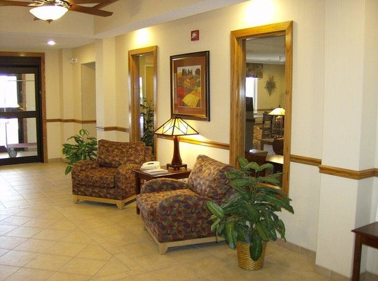 Baymont Inn & Suites Fulton: Take a seat while waiting for your party in our lobby.