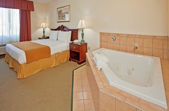 Baymont Inn & Suites Fulton: King bed and a whirlpool!  Great for 2.