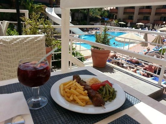 Hotel Neptuno Gran Canaria: My favourite part of the day. Lunch on the poolside terrace.