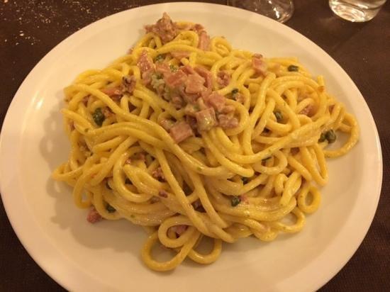 Trattoria Alla Rocca : salsa ai 5 formaggi, pistacchi e mortadella spadellata con un po di salsiccia! ECCEZIONALE