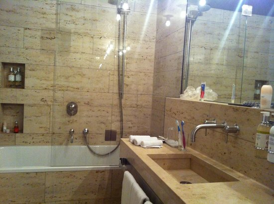 CORTIINA Hotel: Big marble bathroom, plenty of storage space