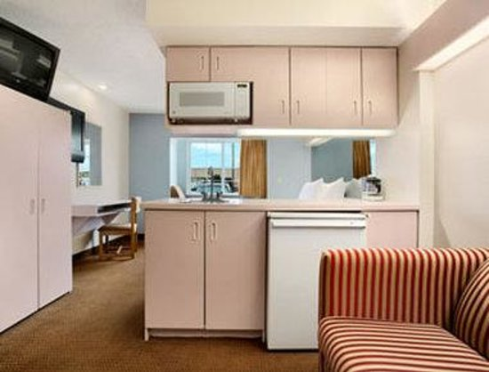 Microtel Inn & Suites by Wyndham Kansas City Airport : Suite