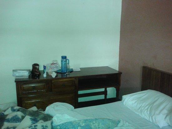 Hotel Modelo: cama matrimonial junto al escritorio de habitación doble o triple