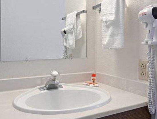 Super 8 Helena: Bathroom