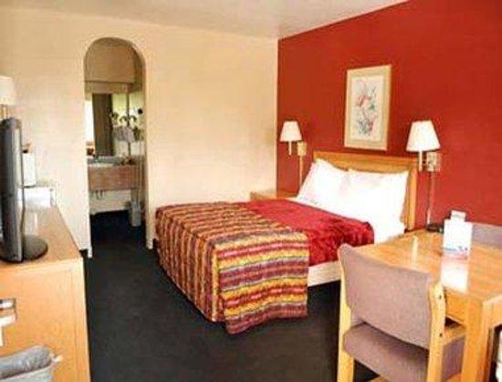 Super 8 Pasadena/LA Area: One Bed Guest Room