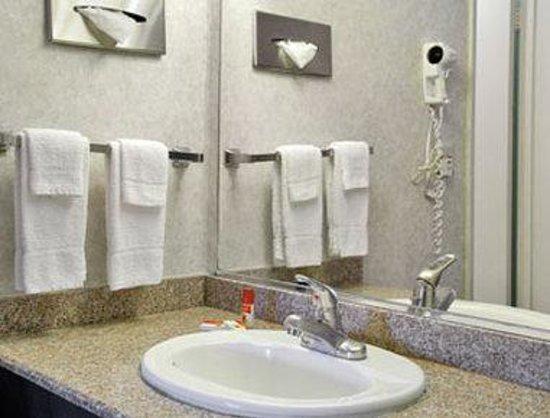 Super 8 Pasadena/LA Area: Bathroom