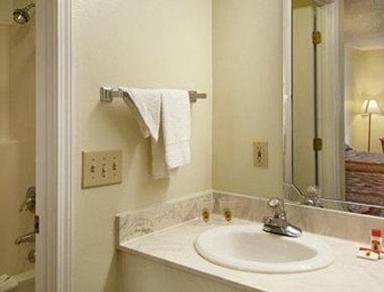 Super 8 Florence: Bathroom