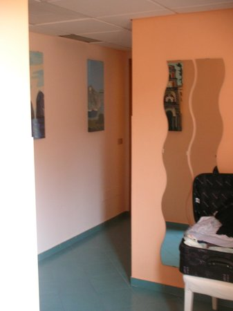 Tasso Suites : Large private hallway - room for suitcases plus pushchair