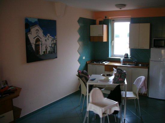 Tasso Suites: Kitchenette