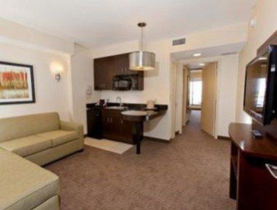 Ramada Plaza Resort and Suites Orlando International Drive: Suite Living Area