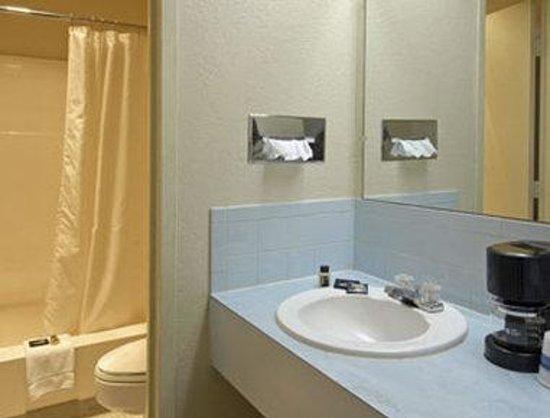 Travelodge Airport Platte City : Bathroom