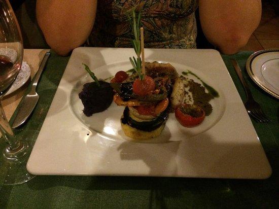 Casa do Pintor - Gourmet & Bistro: Hausgebeizter Lachs als Vorspeise mit Radieschensprossen auf einem Rote Beete Bett