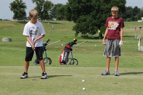 Inn at Okoboji: Kids Golfing