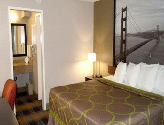 Super 8 Salinas: One King Bed Room