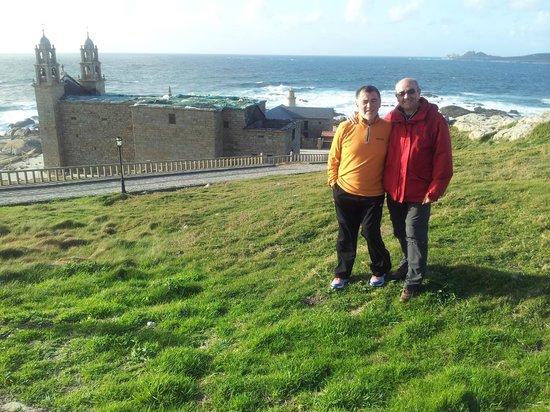 Santuario da Virxe da Barca: Santuario Virxe da Barca y vista del mar enbravecido