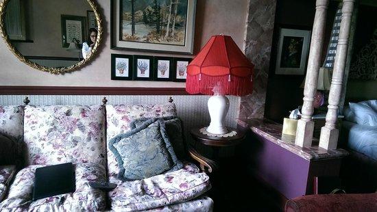 Willows Lodge: Shabby sofa